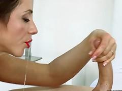 Hottie gets her twat sucked by older honey during threesome